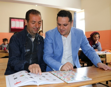 Çocuklarıyla birlikte okula gidip okuma yazma öğreniyorlar