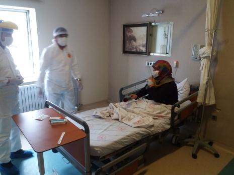 Anneler Günü'nde Sağlık Müdürü'nden korona hastalarına ziyaret