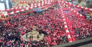 AK Parti Van mitinginden kareler