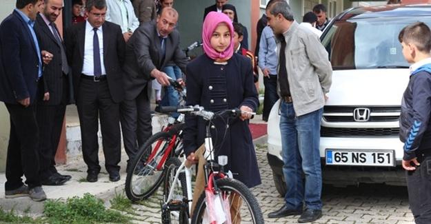 Bahçesaray'da Öğrencilere Bisiklet Dağıtıldı
