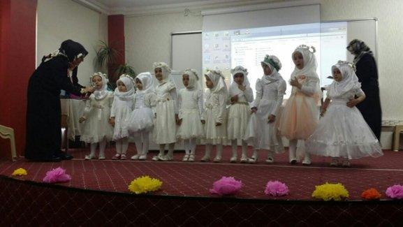 Erdemkent Kur'an Kursu'nda miniklerden yılsonu etkinliği