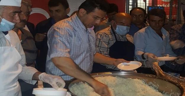 Van'da demokrasi nöbeti tutanlara yemek ikramı
