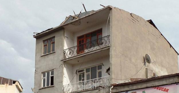 Erciş'te fırtına çatıları uçurdu