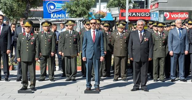 Van'da 19 Eylül Gaziler günü Valilik önünde kutlandı