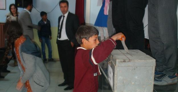 Öğrencilerin oy kullanma heyecanı