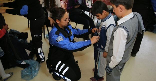 Van polisinden 700 öğrenciye giyim yardımı