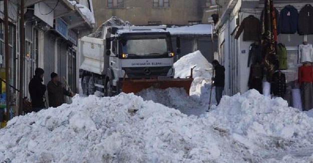 Başkale Belediyesi'nin karla mücadelesi sürüyor