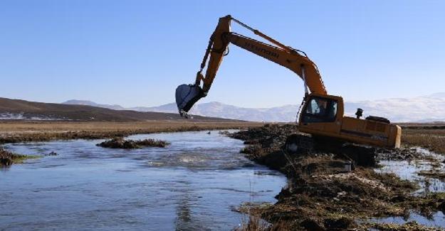 Çaldıran'da sular altında kalan mahallenin sorununa belediye el attı