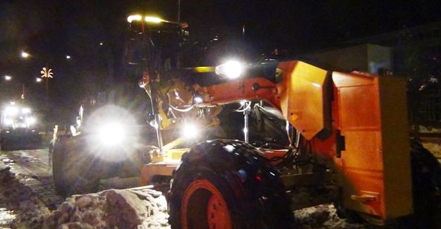 Erciş Belediyesi ekiplerinden gece kar mesaisi