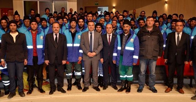Erciş'te temizlik işçilerine kışlık kıyafet yardımı