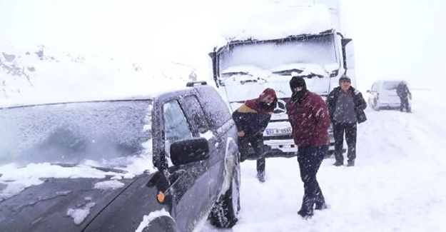 Tendürek Dağı geçişi kardan kapandı TIR'lar mahsur kaldı