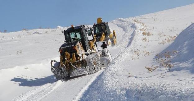 Çığ altından kurtuldukları bölgede karla mücadele yapıyorlar