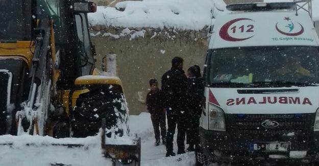Hasta taşıyan ambulansı belediye ekipleri kurtardı