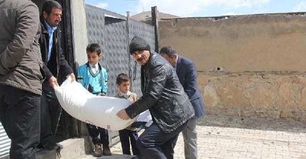 Başkale Belediyesi'nden vatandaşlara ekmek ve un yardımı