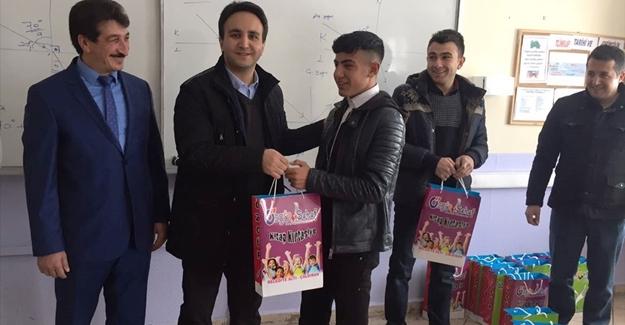 Kaymakam Dundar öğrencilere kitap dağıttı