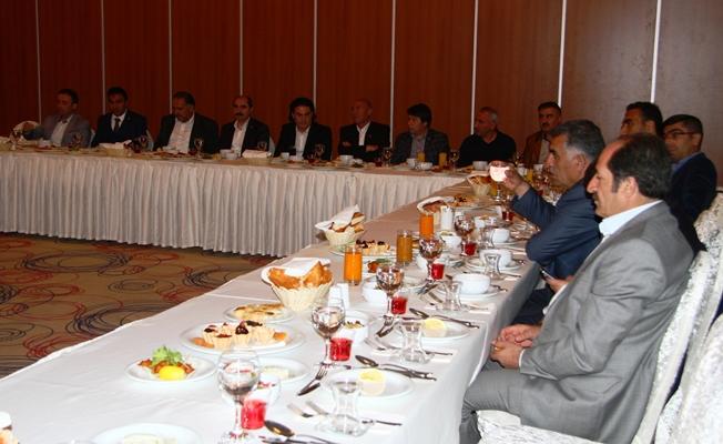 AK Parti Van il başkanlığı, gazetecilerle iftarda bir araya geldi