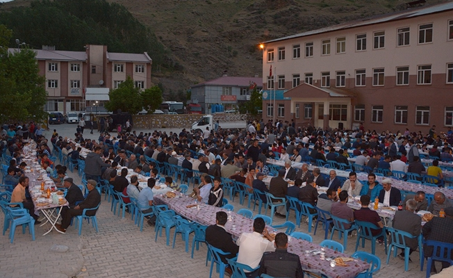 Çatak'ta esnaflar ilk defa vatandaşlara iftar yemeği verdi