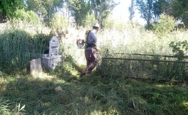 Mezarlıkları saran yabani otlar temizlendi
