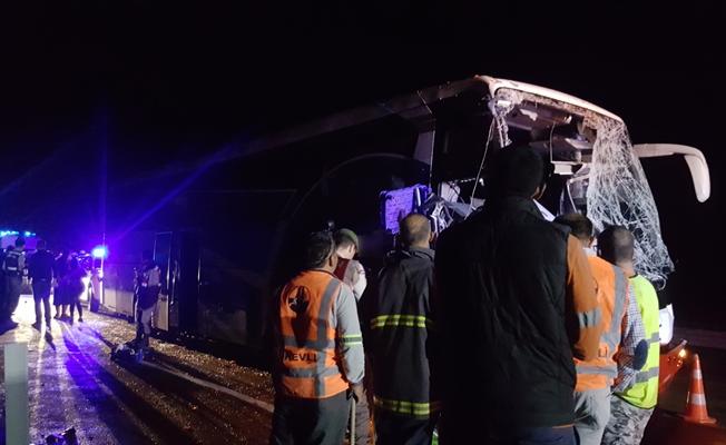 Yolcu otobüsü komyona çarptı: 1 ölü, 22 yaralı