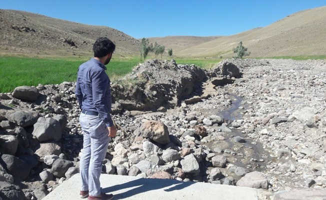 Çaldıran'da selden dolayı tahrip olan yol, menfez ve köprüler onarılıyor
