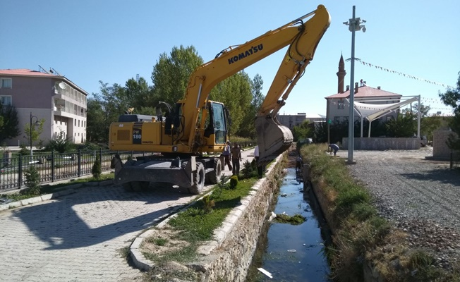 Gürpınar'da kanal temizleme çalışması