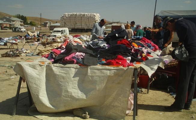 Özalp ilçesinde ikinci el giysi ve ayakkabı pazarı