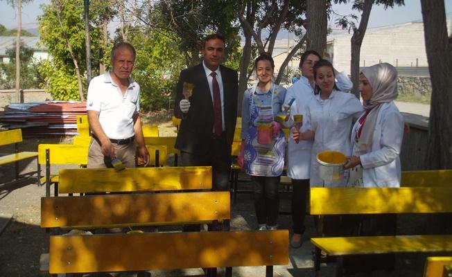 Özalp ilçesinde okul sıraları yeni boyandı