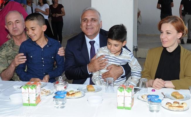 Vali Zorluoğlu ve eşi, sevgi evlerindeki çocuklarla bayramlaştı