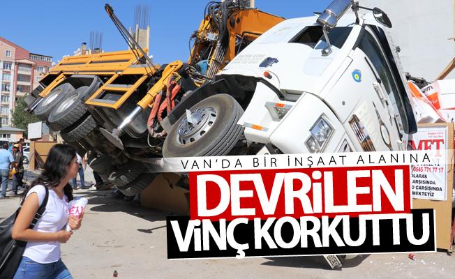 Van'da İnşaat alanına devrilen vinç korkuttu