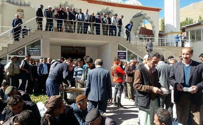 Bahçesaray'da vatandaşlara aşure dağıtıldı