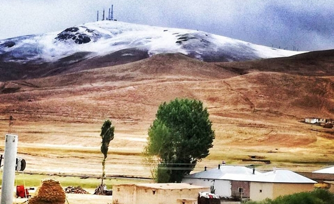 Özalp'ın yüksek kesimlere kar yağdı