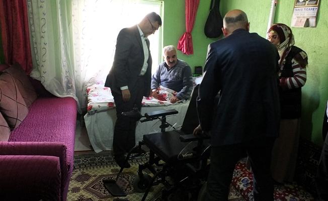 Gürpınar Belediyesi'nden engelli vatandaşa tekerlekli sandalye