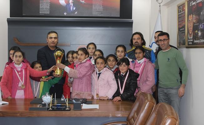 Aksoy, hentbolcu kızları kabul etti