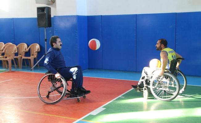 Hakan, engeli yaşama dikkat çekmek için tekerlekli sandalyeye oturdu