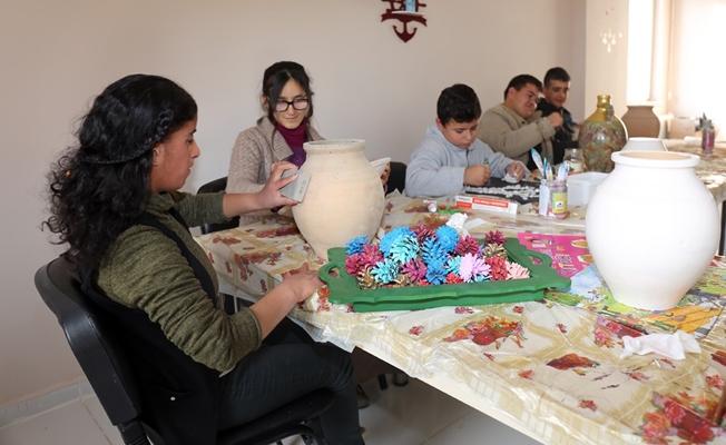 Engelliler çömlek boyayarak bir geleneği sürdürüyor