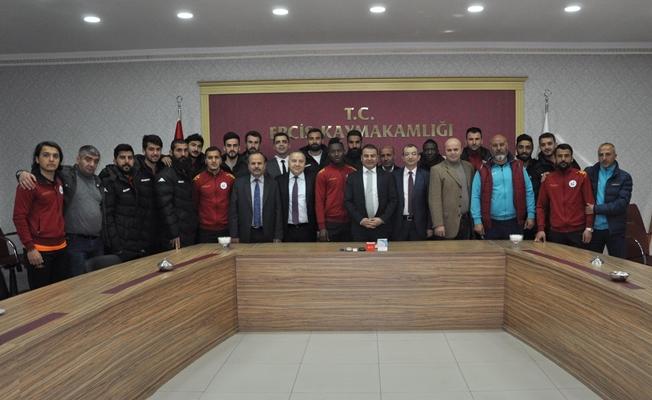 Erciş Gençlik Belediyesporlu futbolcularından Kaymakam Yaşar'a ziyaret