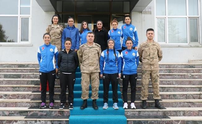 Hakkarigücü spor kadın futbol takımından Van İl Jandarma Komutanlığına teşekkür ziyareti