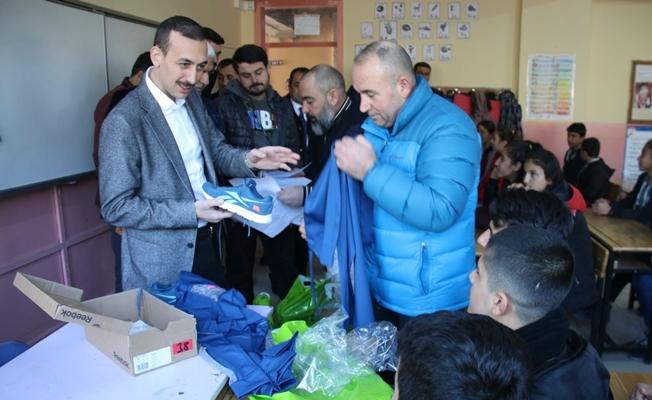 Başkan Vekili Çiçekli'den öğrencilere malzeme desteği