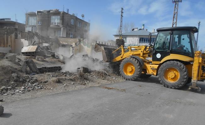 Tuşba'da tehlike oluşturan metruk yapılan yıktırılıyor