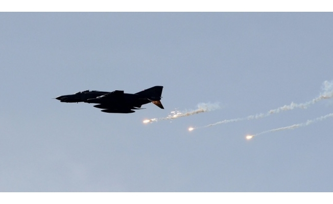 Afganistan'da hava saldırısı: 100 ölü