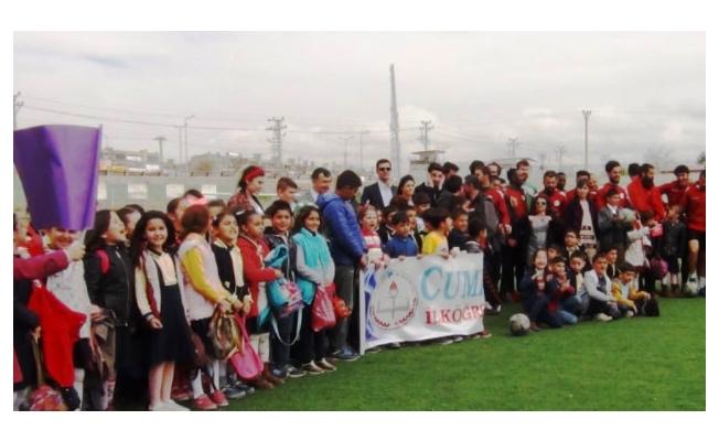 Otistik ve Down sendromlu öğrenciler futbolcular ile buluştu