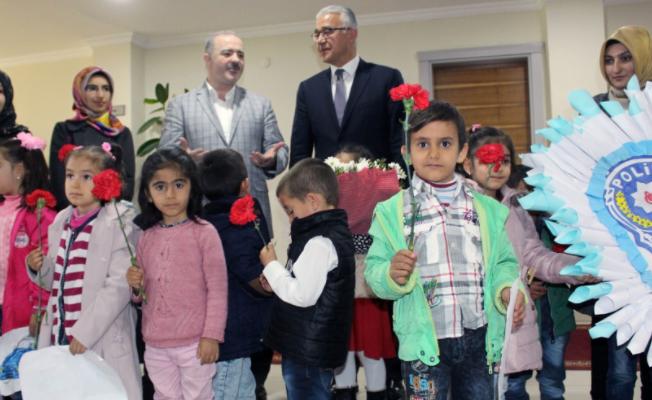 Tuşba'da Miniklerden polislere sürpriz ziyaret