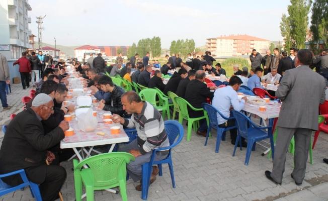 Bayram namazı sonrası vatandaşlara 'gırar sıbe' ikramı