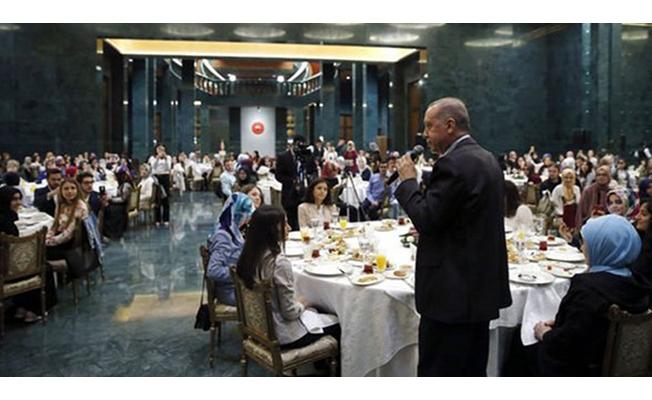 Cumhurbaşkanı Erdoğan gençlerle sahurda bir araya geldi