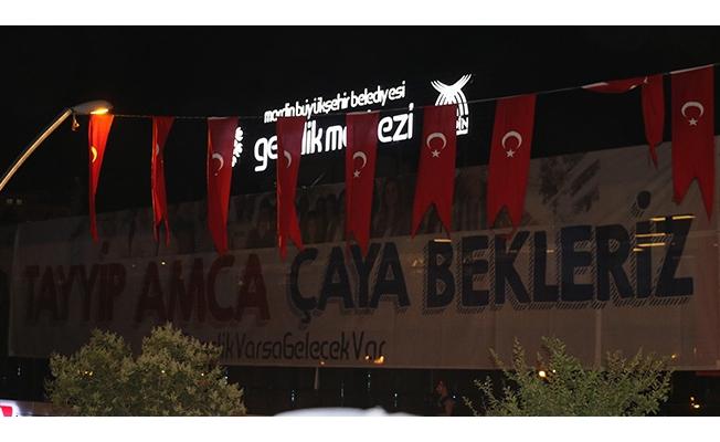 Cumhurbaşkanı Erdoğan, 'Tayyip amca çaya bekleriz' pankartına kayıtsız kalmadı