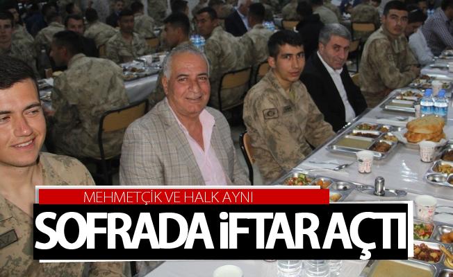 Mehmetçik ve halk aynı sofrada iftar açtı