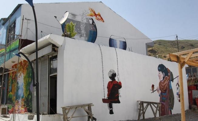 Başkale'deki duvar ve trafolar resimlerle donatıldı
