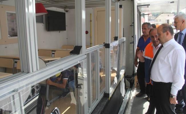 Vali Ustaoğlu tırda incelemelerde bulunarak, uygulamalı deprem simülasyonunu izledi