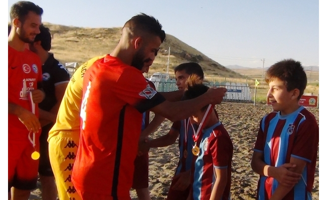 Erciş Belediyespor Plaj Futbol Takımı madalyalarını miniklere armağan etti