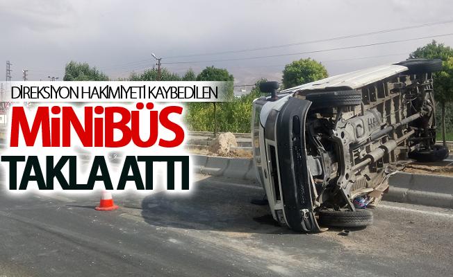Direksiyon hakimiyeti kaybedilen minibüs takla attı